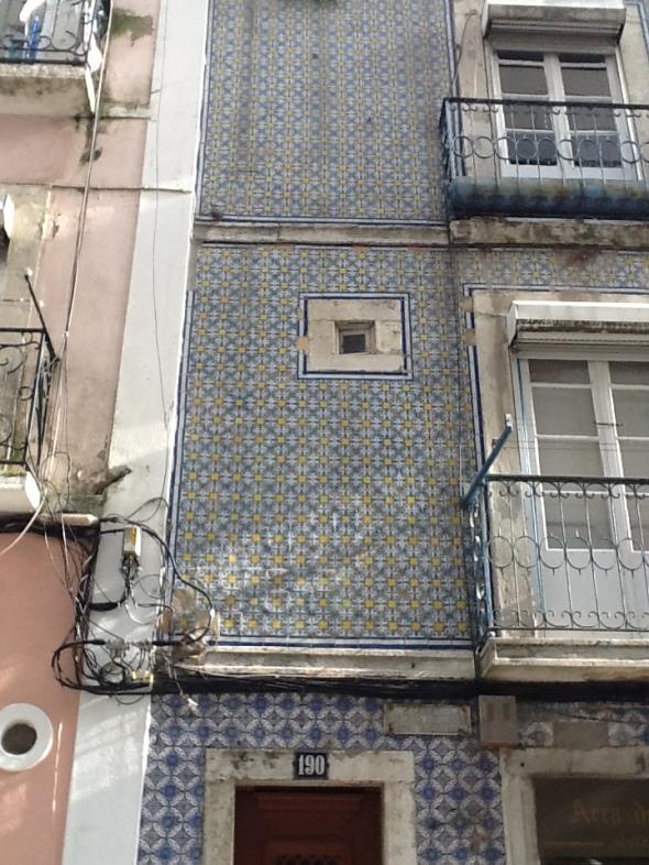Lisbon story la città portoghese e i suoi palazzi dettaglio finestra rossella farinotti labrouge